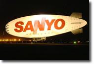 Sanyo Lightship blimp перед ночным полётом над Сан-диего.
