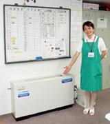 Японская девушка у аппарата