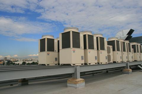 Конденсаторные блоки на крыше здания