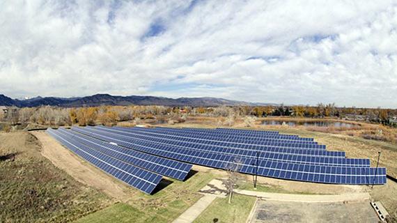Эти 500 киловаттные солнечные панели наземной установки будут обеспечивать экологически чистой энергией как научно-исследовательские учреждения, так и здания по всему кампусу в Боулдере.