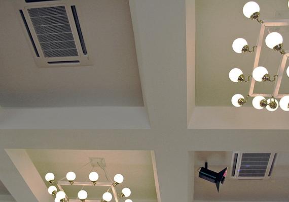 Полупромышленный кассетный кондиционер в потолке конференц-зала