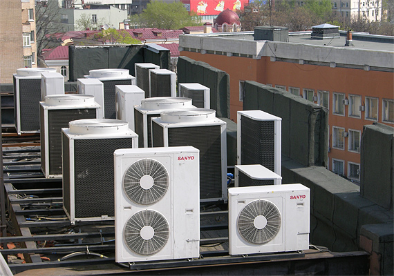 Все конденсаторные блоки размещены на крыше здания