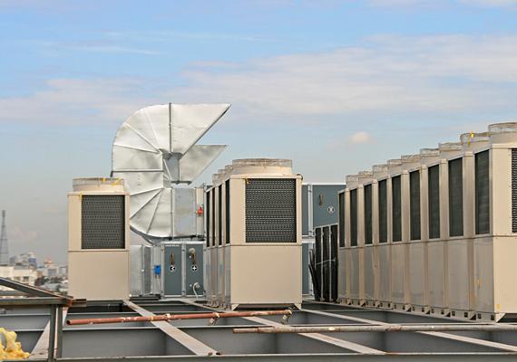 Конденсаторные блоки на крыше здания - система из 82 блоков VRF SANYO