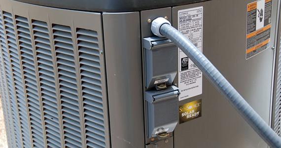 выход PV AC подключен к наружному блоку через небольшую, выделенную панель выключателя, интегрированную в наружный блок