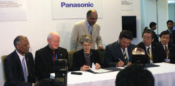 Ирина Бокова, Генеральный директор ЮНЕСКО и Такуми Кажиша (Takumi Kajisha), старший управляющий директор, Panasonic Corporation, скрепляя партнерство