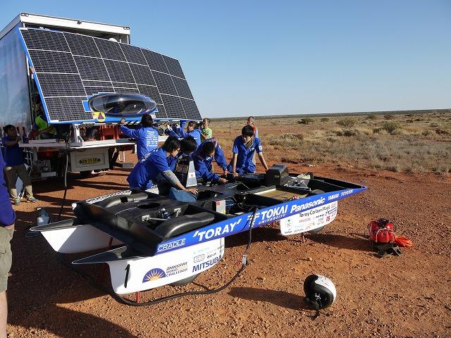 Японский Университет Токай 10 октября завершил Bridgestone World Solar Challenge 2013 со своим солнечным автомобилем